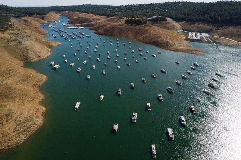 Los propietarios de embarcaciones en el lago Oroville se han visto obligados a sacar sus embarcaciones del agua o se arriesgan a verlas encallar y sufrir
