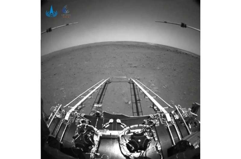 El rover chino de Marte muestra las primeras fotos