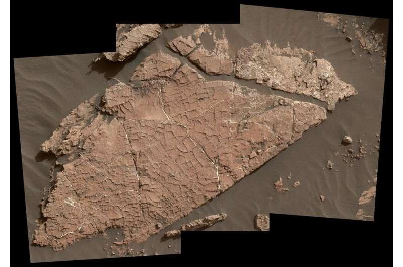 호기심 탐사선이 지워진 바위 통나무 조각을 찾아서 단서를 드러내다