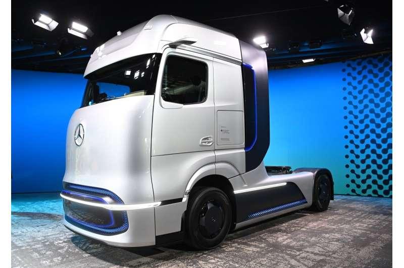 Daimler Truck to shift spending to battery, hydrogen rigs