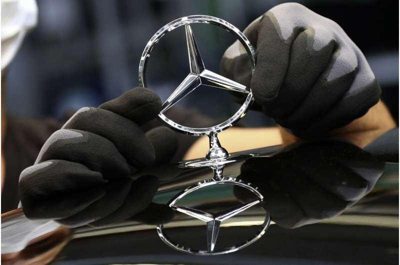 Daimler to spin off trucks, change name to Mercedes-Benz
