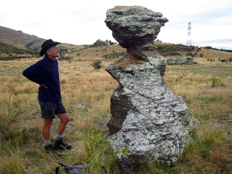 Dam strength determined by balanced rocks