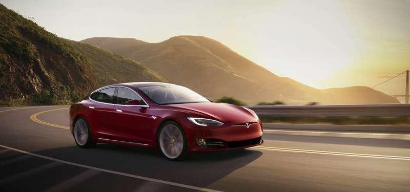 Edmunds compares the 2021 Tesla Model S and Porsche Taycan