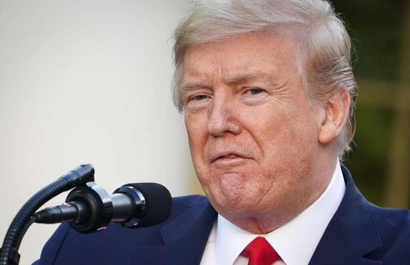 Facebook et Twitter ont interdit Donald Trump pour ses commentaires incendiaires qui ont précédé l'insurrection du Capitole américain par son partisan