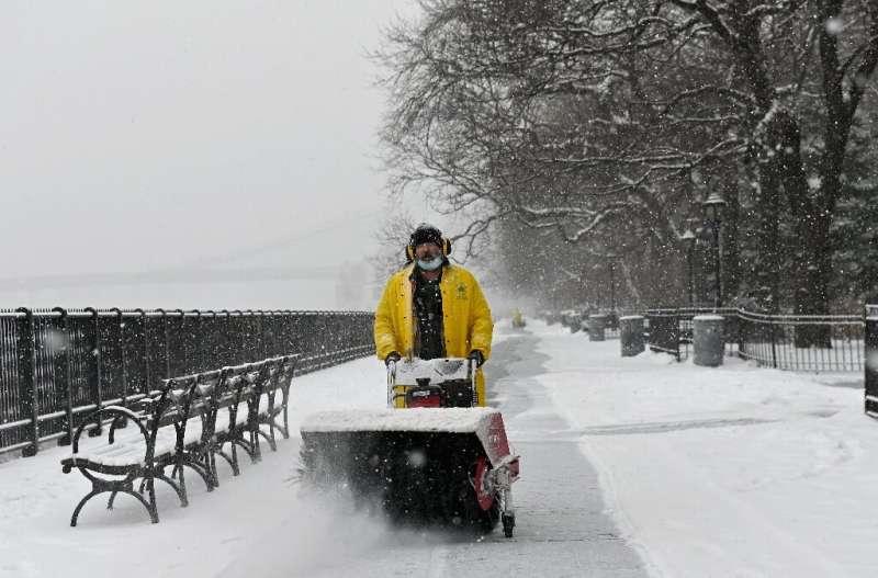 Fierce winter storm in US seen tapering off