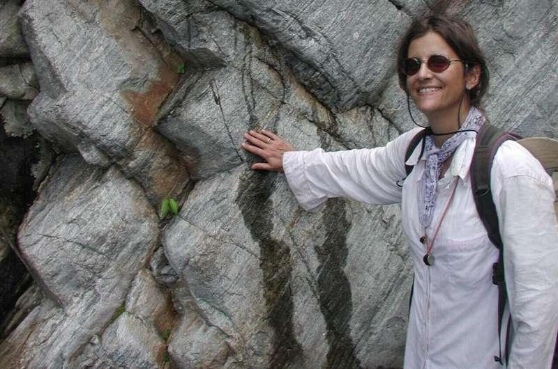 Geologic history written in garnet sand