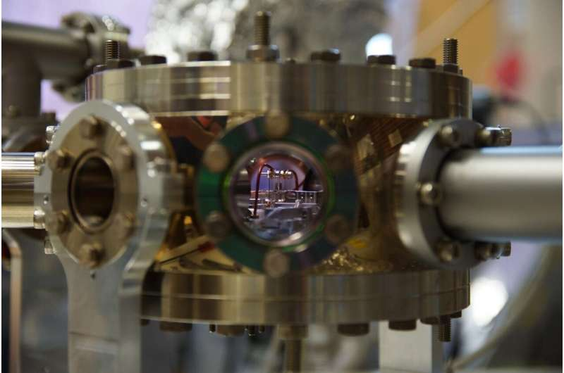 Insulators turn up the heat on quantum bits
