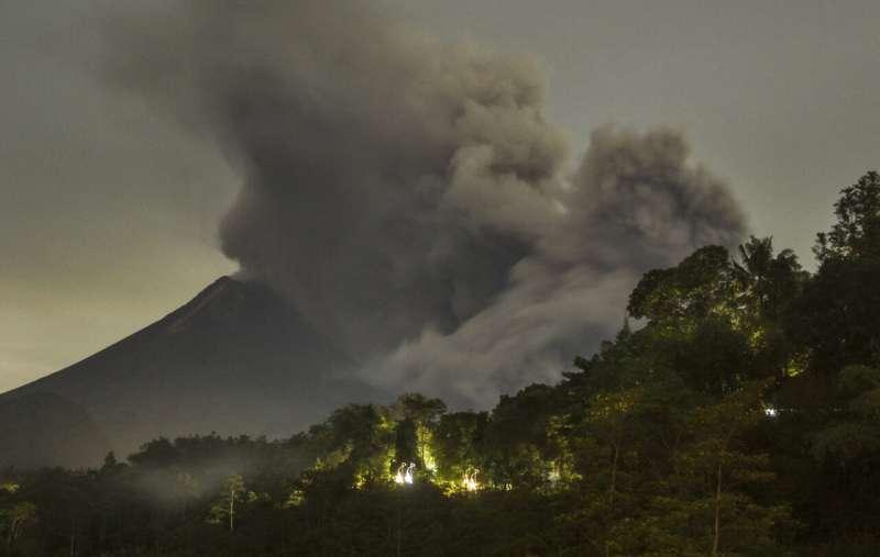 Lava mengalir dari kawah selama letusan Gunung Merapi di Indonesia