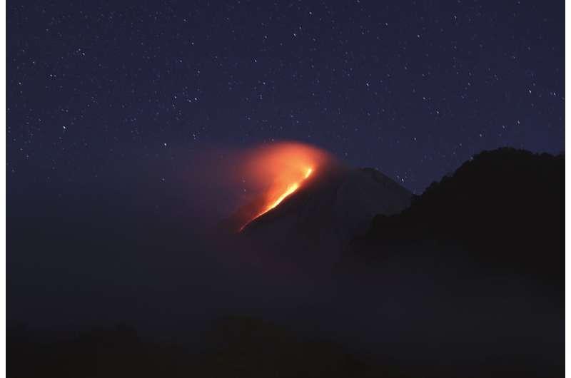 Lava mengalir dalam letusan gunung berapi baru dari Gunung Merapi, Indonesia