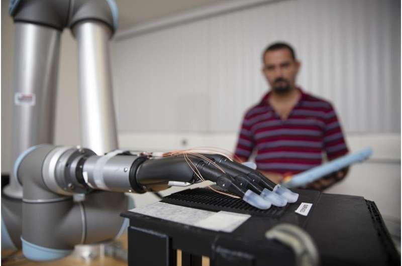 Les capteurs de métaux liquides et l'IA pourraient aider les mains prothétiques à «ressentir»