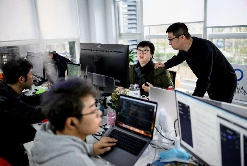 Ma Baoli (kanan) percaya karyanya telah membantu meningkatkan persepsi arus utama orang-orang LGBTQ di Tiongkok, termasuk teman dan keluarga.