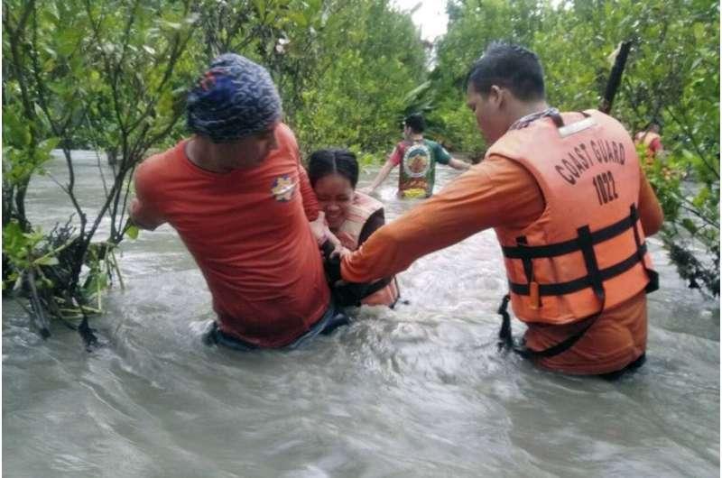 Las lluvias monzónicas inundan aldeas filipinas, miles de personas evacuadas