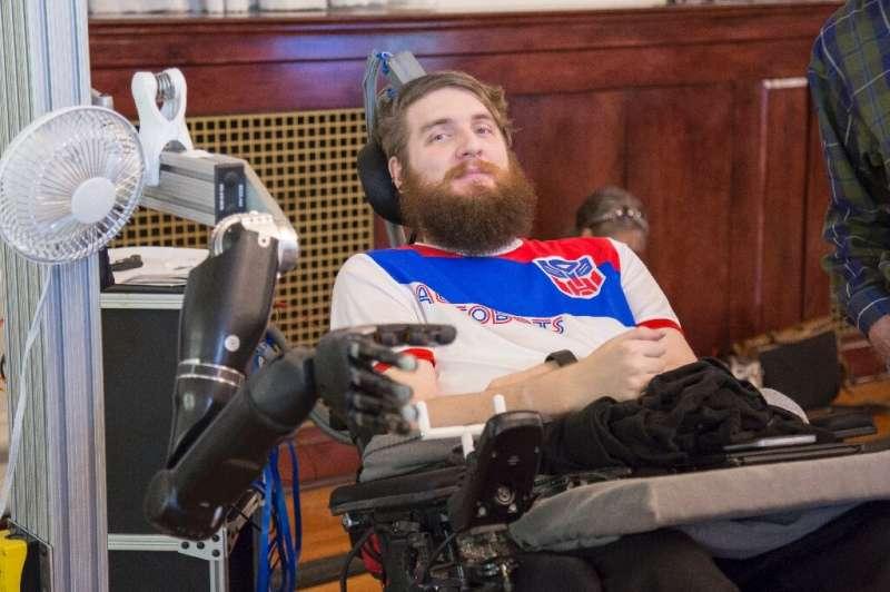 Nathan Copeland contrôle un bras robotisé grâce à des électrodes implantées dans son cerveau