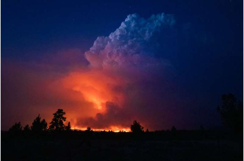 Oregon wildfire forms 'fire clouds' that pose danger below