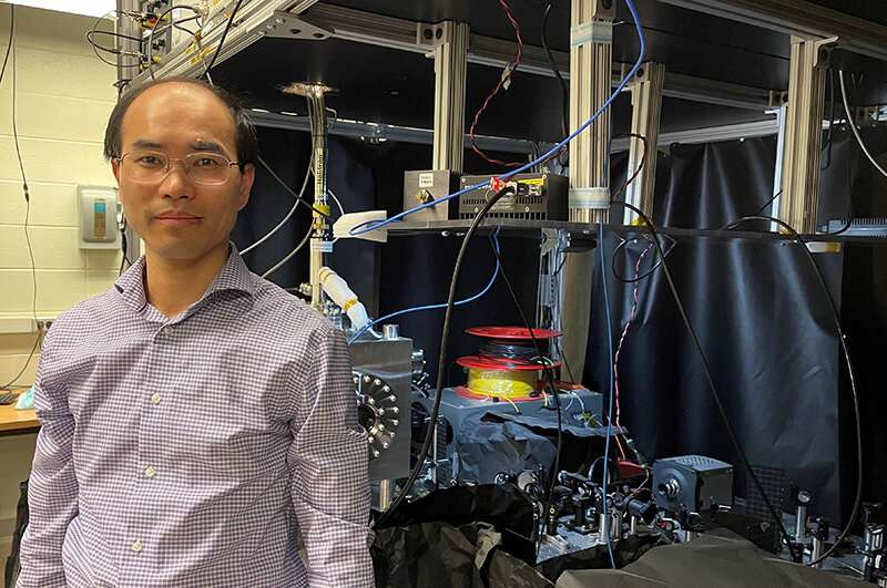 Researchers use gold film to enhance quantum sensing with qubits in a 2D material