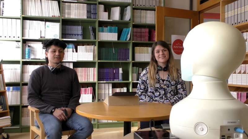 Robots can use eye contact to draw out reluctant participants in group interactions