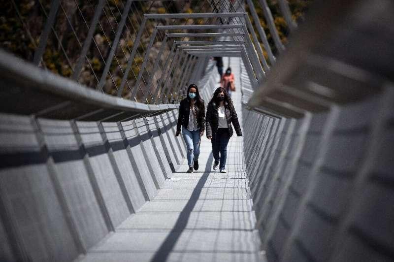 Jembatan dibuka untuk pengunjung pada hari Senin