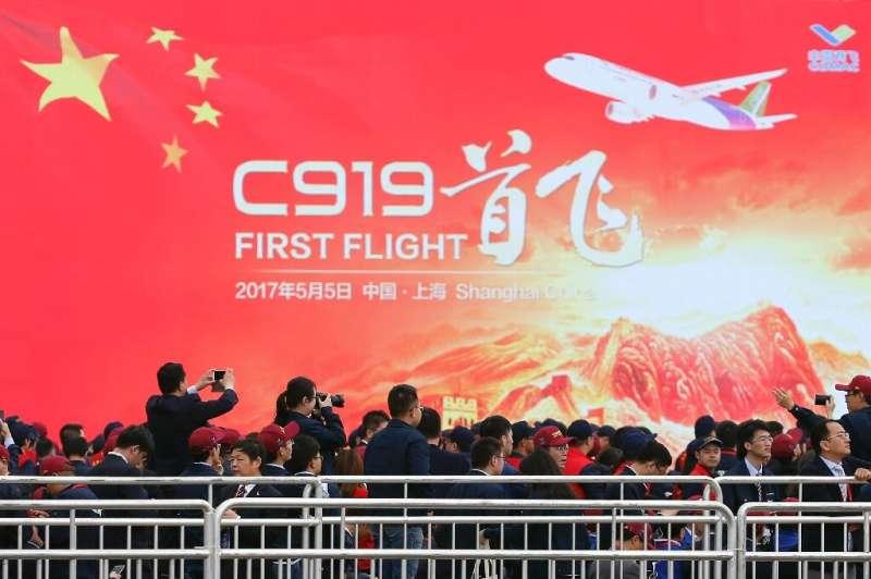 Penerbangan perdana jet penumpang buatan dalam negeri pertama China menandai tonggak penting bagi ambisi negara itu untuk bersaing dengan ...