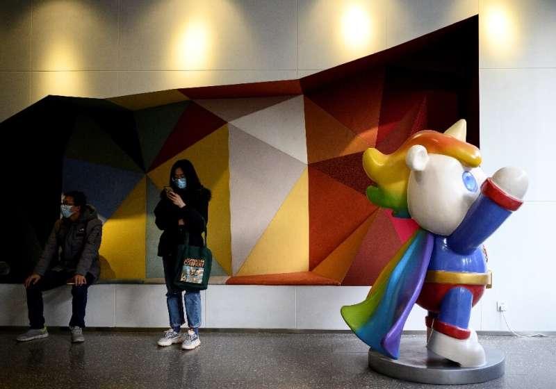 Kantor perusahaan menawarkan maskot unicorn pelangi, toilet netral gender, dan foto pertemuan Ma Baoli dengan para pejabat.