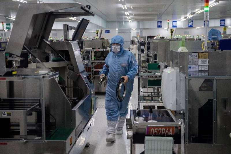 Rantai pasokan microchip rumit dan sementara raksasa AS merancang semikonduktor, produksi sebagian besar dialihkan ke perusahaan Asia.