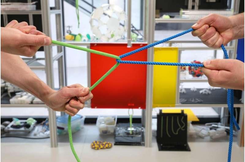 Théorie et expériences pour comprendre un contact entre deux filaments