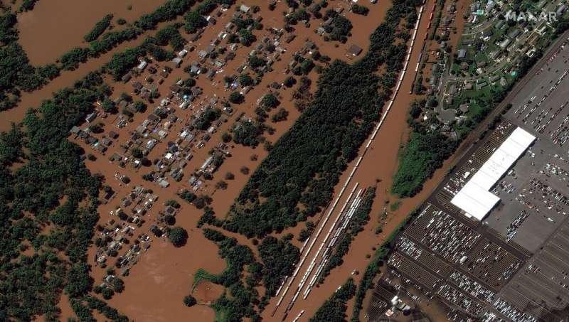 Esta imagen satelital distribuida por Maxar Technologies muestra hogares y líneas de ferrocarril en Manville, Nueva Jersey, después de un récord.