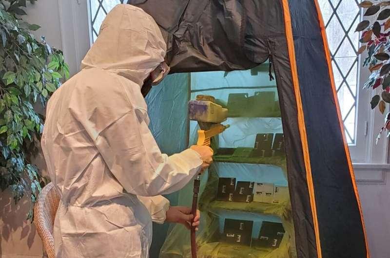 Un étudiant en sciences judiciaires UTM utilise un sableur pour détecter plus efficacement les empreintes digitales