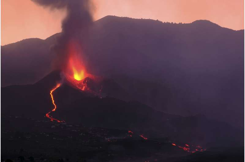 Volcanic ash cloud halts flights to and from Spanish island