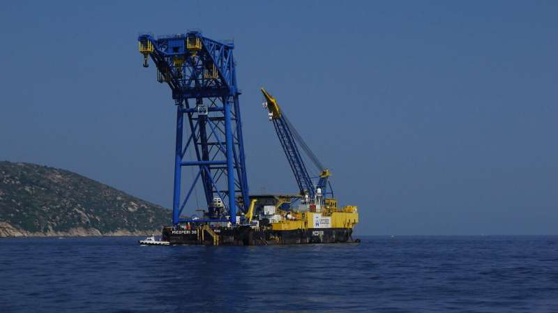 Wind and waves: A step toward better control of heavy-lift crane vessels
