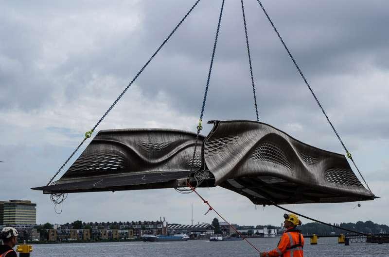 La première passerelle en acier imprimée en 3D au monde dévoilée par un robot à Amsterdam