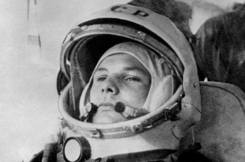 27-летний Юрий Гагарин готовится к посадке на советский космический корабль «Восток-1» 12 апреля 1961 года, прежде чем стать первым человеком, совершившим кругосветное путешествие.